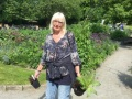 frun-i-Gässie-med-köpta-växter-6-juni-21